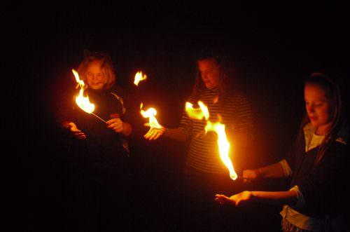 Kinder beobachten Feuer