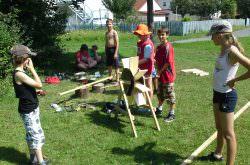 Kinder bauen Dinge aus Holz