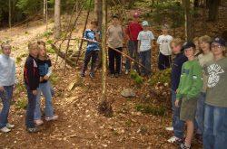 Eine Gruppe Kinder steht im Wald