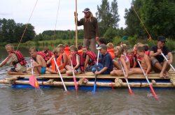 Kinder fahren Floß
