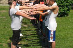 Eine Gruppe spielt ein Spiel