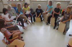 Kinder spielen Instrumente und singen