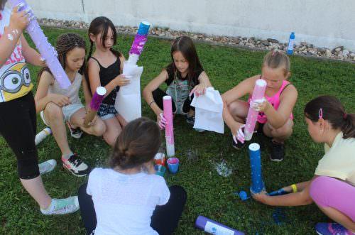 Kinder basteln ihre eigenen Musikinstrumente