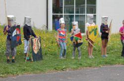 Kinder sind als Ritter verkleidet