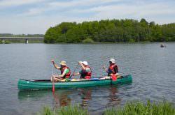 Menschen fahren mit einem Kanu