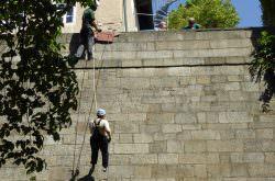 Abseilen von der Burgmauer