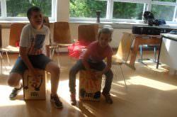 Kinder spielen auf Instrumenten