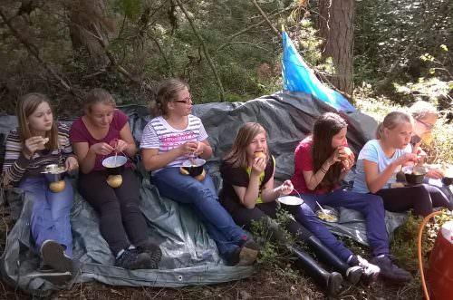 Picknick im Wald während der Ferienfreizeit