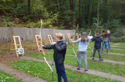 Kinder schießen mit dem Bogen
