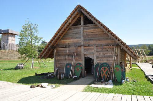 Eine altertümliche Hütte im Geschichtspark Bärnau