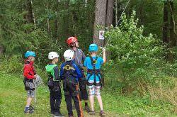 Während der Ferienfreizeit klettern die Kinder