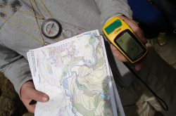 Mithilfe einer Karte und eines GPS-Geräts geht es ins Abenteuer