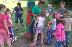 Kinder fesseln Mitarbeiterin an Marterpfahl