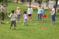 Kinder üben ihre eigene Zirkusshow ein