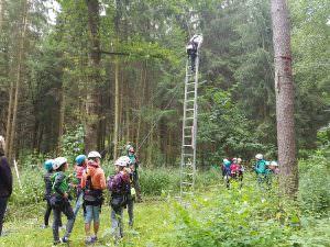 Kinder klettern über eine Leiter