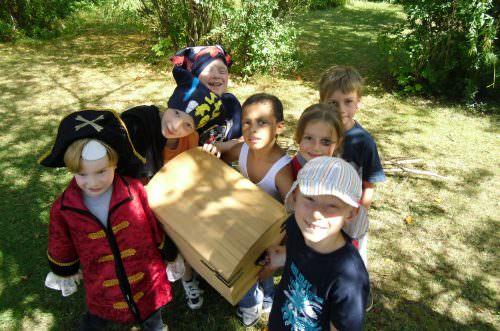 Kinder haben einen Schatz gefunden
