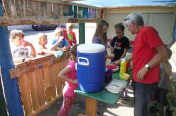 Kinder in ihrem selbstgebauten Haus