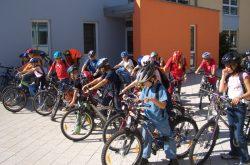 Kinder vor einer Fahrradtour