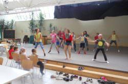 Kinder studieren eine Choreografie ein