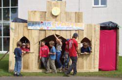 Eine Gruppe Kinder baut ihre eigene Stadt