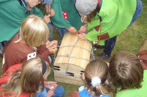 Eine Gruppe Kinder hat einen Schatz gefunden