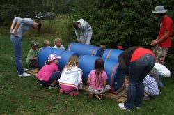 Kinder helfen beim Aufbau eines Floßes