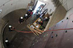 Eine Gruppe klettert in einem Turm der Burg Hohenberg