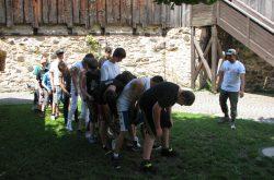 Eine Gruppe macht ein Kooperationsspiel