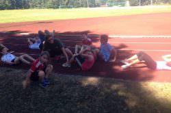 Kinder erholen sich nach einem anstrengenden Lauf