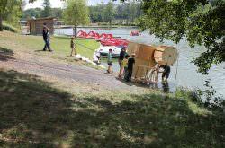 Kinder lassen eine selbstgebaute Maschine zu Wasser