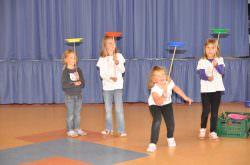 Kinder üben Zirkustricks